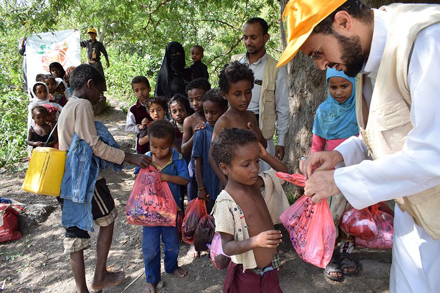 مشروع توزيع الملابس على أسر النازحين